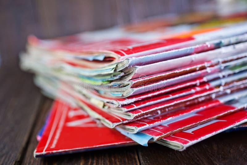 Bunt av tidskrifter arkivfoton