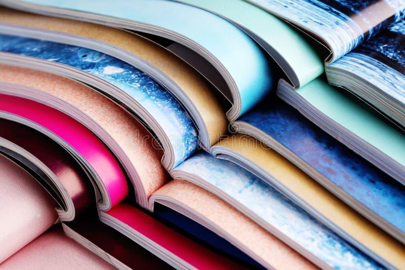 Bunt av tidskrifter royaltyfria bilder