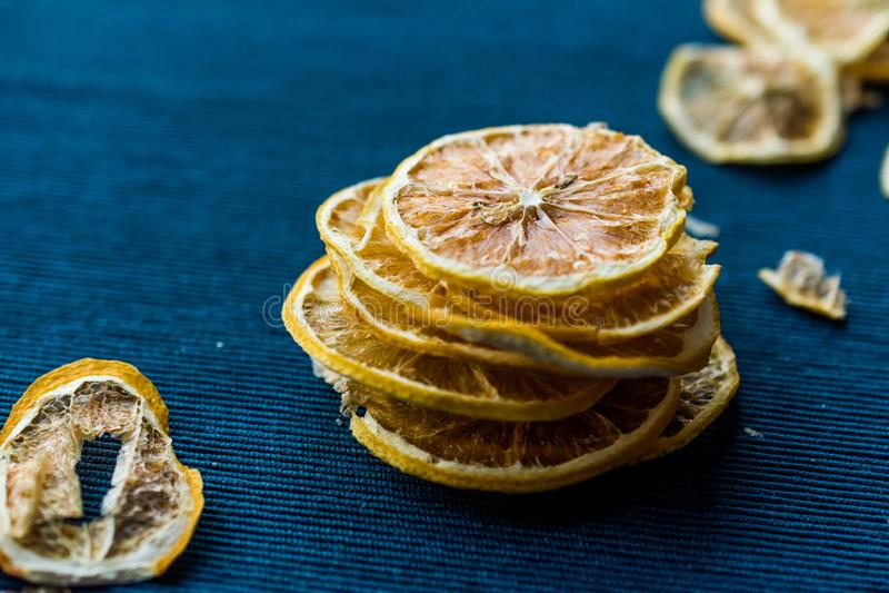Bunt av torkade citronskivor på blå yttersida/torrt och skivat royaltyfri fotografi