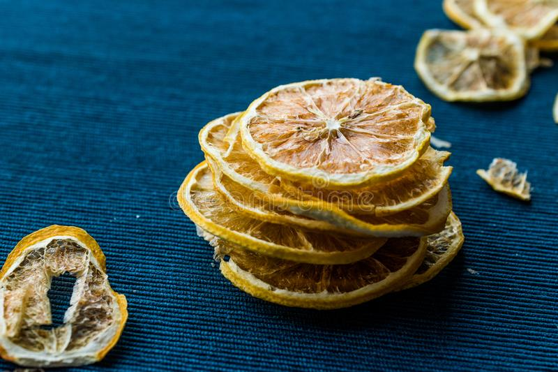 Bunt av torkade citronskivor på blå yttersida/torrt och skivat royaltyfria foton