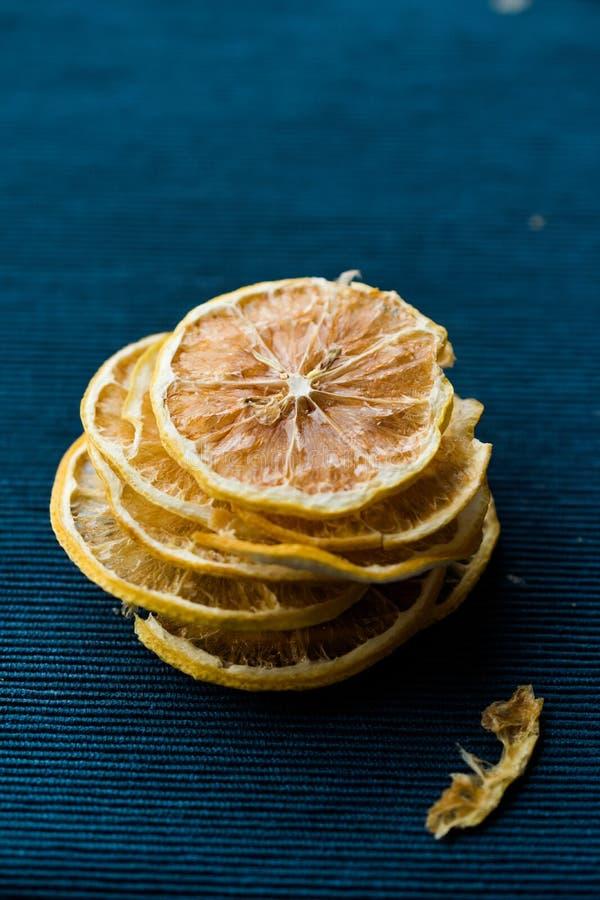 Bunt av torkade citronskivor på blå yttersida/torrt och skivat royaltyfri foto