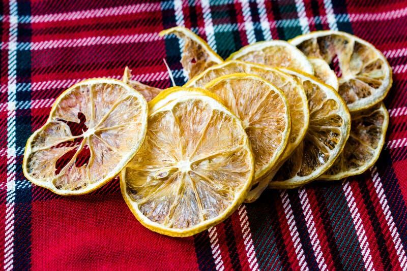 Bunt av torkade citronskivor på röd bordduk/torrt och skivat royaltyfri foto
