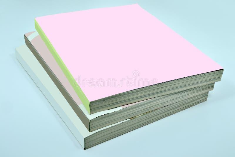 Bunt av tre tjocka tidskrifter eller böcker, kataloger med det tomma stiftet arkivfoto