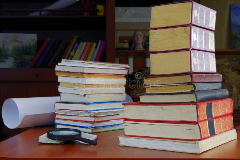 Bunt av tungt - använda böcker fotografering för bildbyråer