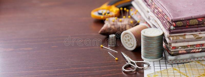Bunt av tyg för patchwork på det matta som hantverket syr tillbehör arkivfoton