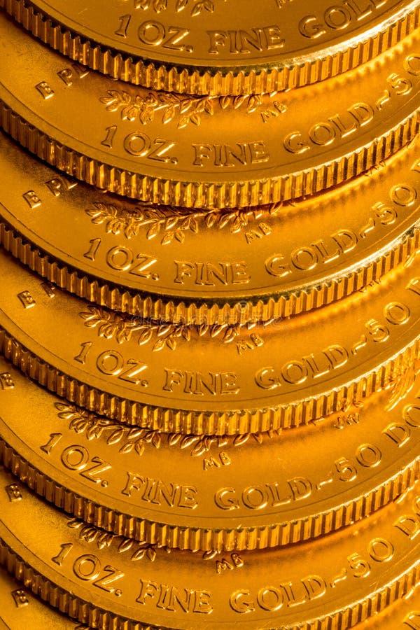 Bunt av USA-kassan guld- Eagle ett uns mynt arkivbilder