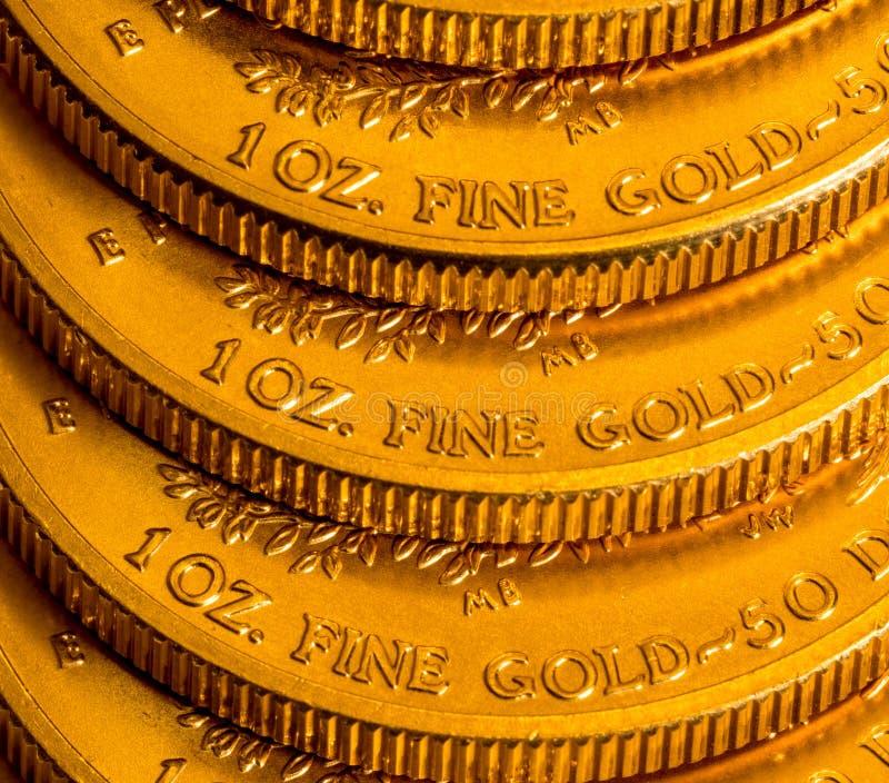 Bunt av USA-kassan guld- Eagle ett uns mynt royaltyfri fotografi