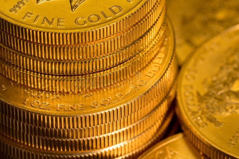 Bunt av USA-kassan guld- Eagle ett uns mynt arkivfoto