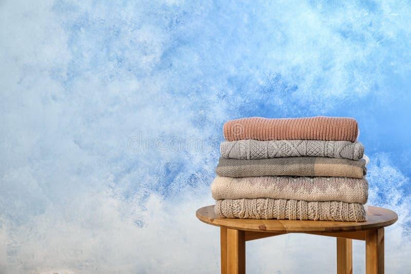 Bunt av varm höstkläder på stol fotografering för bildbyråer