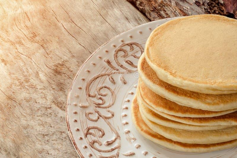 Bunt av varma pannkakor på plattan Pannkakor för en frukostnärbild royaltyfria bilder