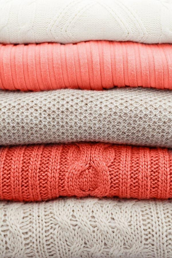 Bunt av varma pastellfärgade tröjor Bo idérik och lynnig färg för korall av bilden arkivbild