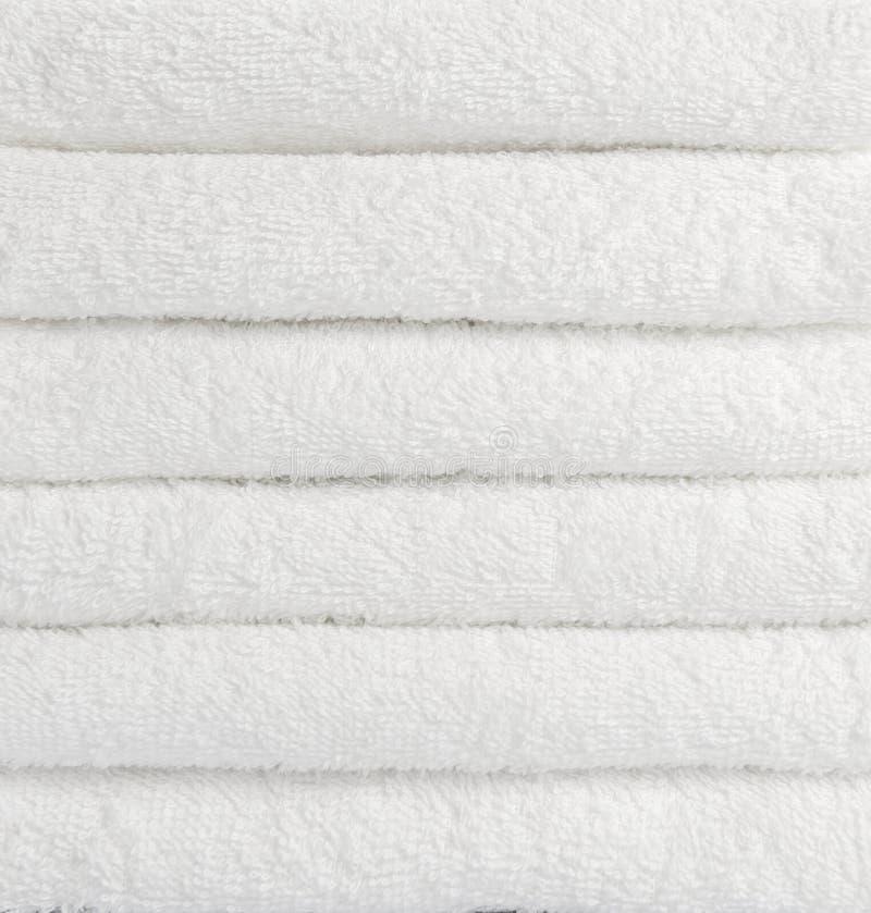 Bunt av vita handdukar arkivfoto