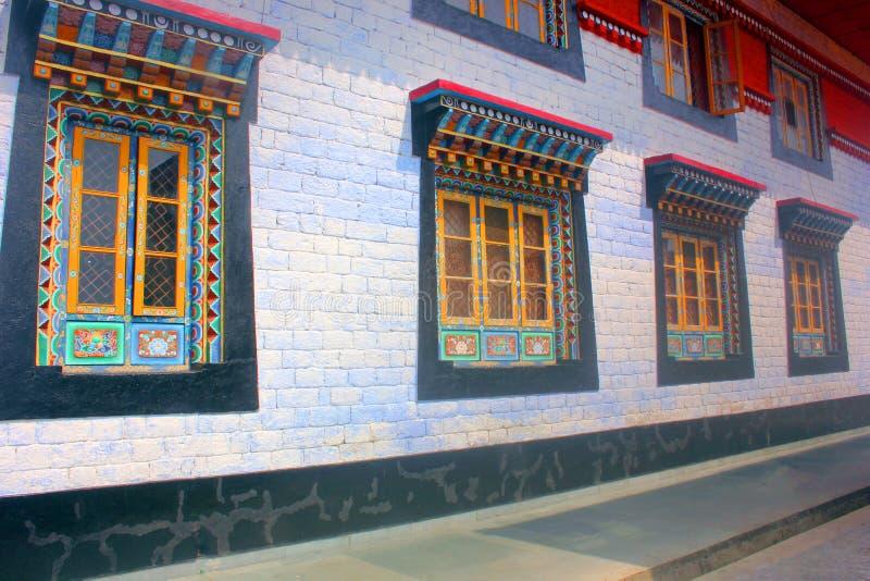 Bunt gemalte Fenster des buddhistischen Klosters, Sikkim, Indien lizenzfreie stockbilder
