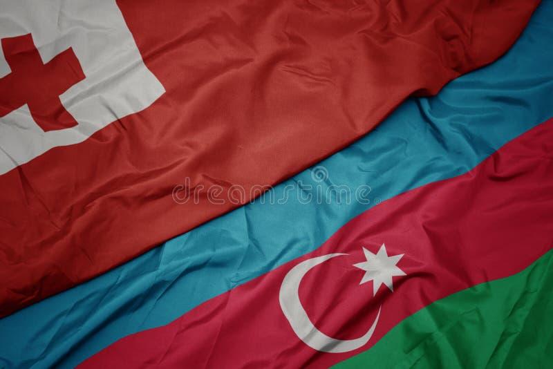 bunt schwellende Flagge von Azerbaijan und nationale Flagge von Tonga stockbilder