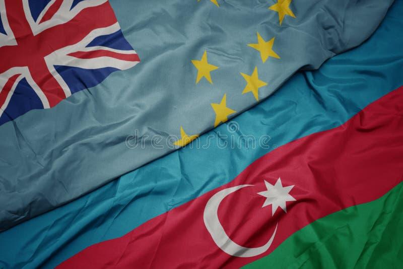 bunt schwingende Flagge von Azerbaijan und nationale Flagge von Tuvalu lizenzfreie stockfotos