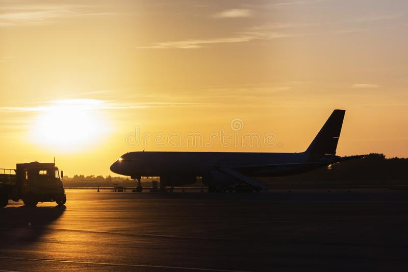 Bunt vom Sonnenuntergang im Flughafen mit Flugzeugflügel, Geschäft und Transportkonzept stockfotos