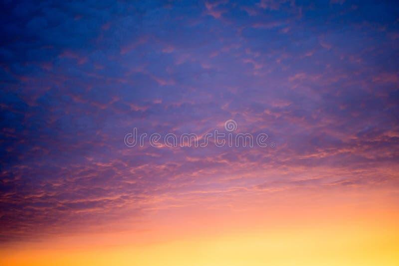 Bunt vom Sonnenunterganghimmel stockbild