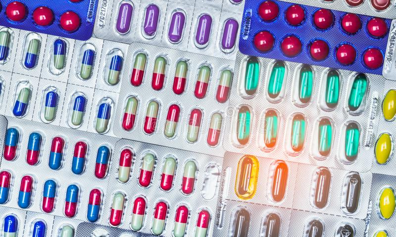 Bunt von den Tabletten und von der Kapselpille in der Sichtpackung vereinbarte mit schönem Muster Pharmaindustriekonzept stockfoto