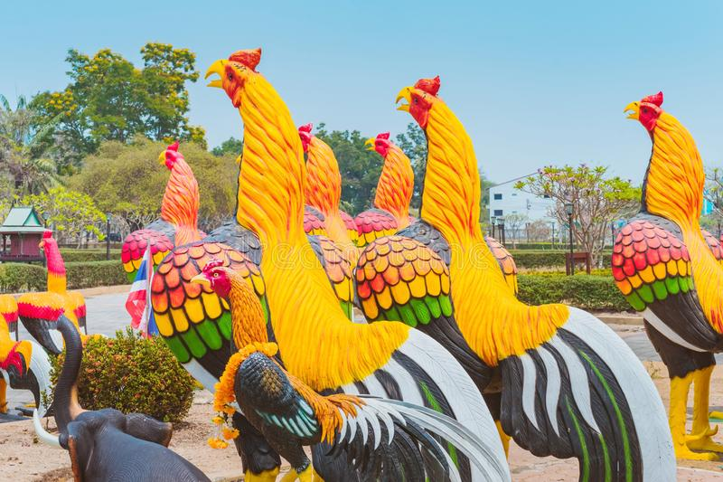 Bunt von vielen Hahnstatuen an K?nig Naresuan Monument lizenzfreie stockfotos