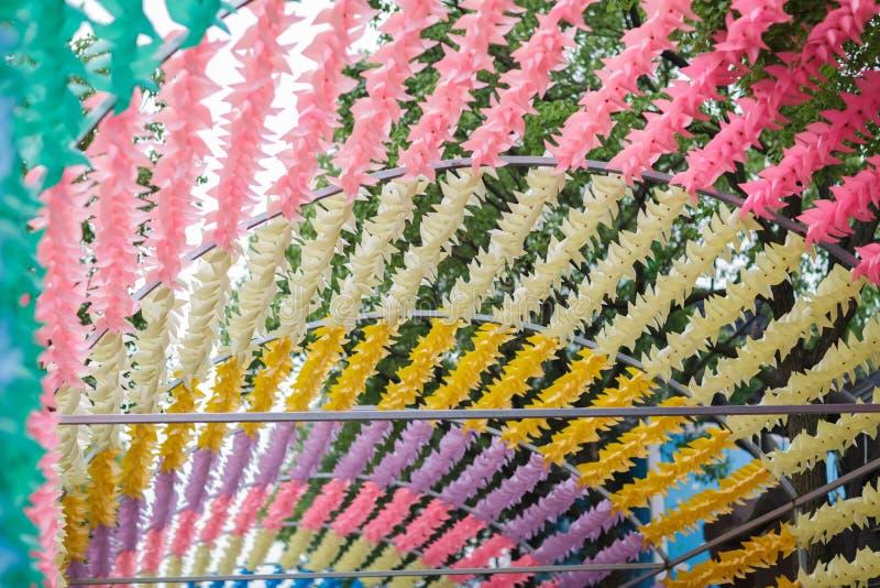 Bunt wickeln Sie oben die windige Spielzeugsommersaison Dekoration im Park stockfoto