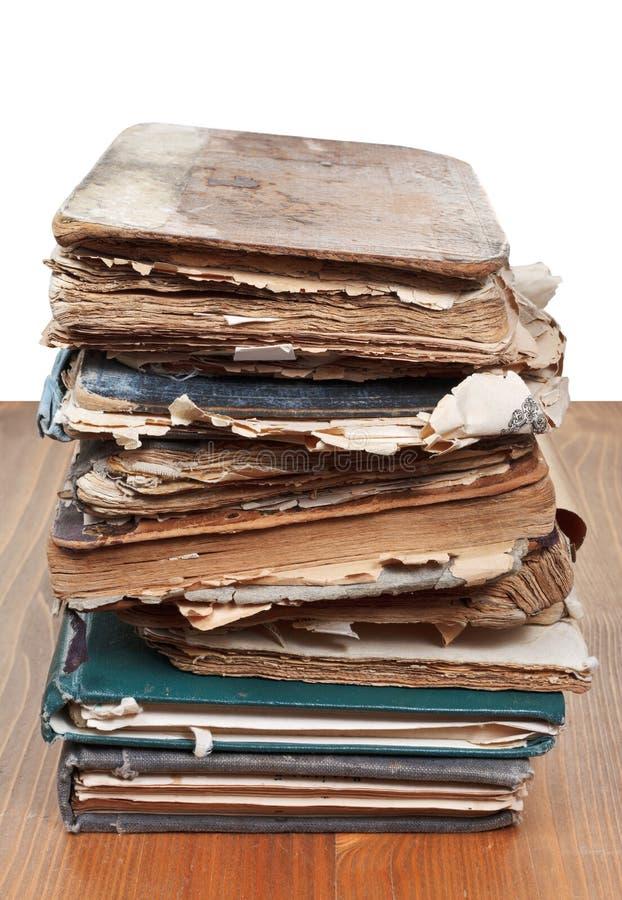 Buntantikvitetböcker på trätabellen royaltyfria foton