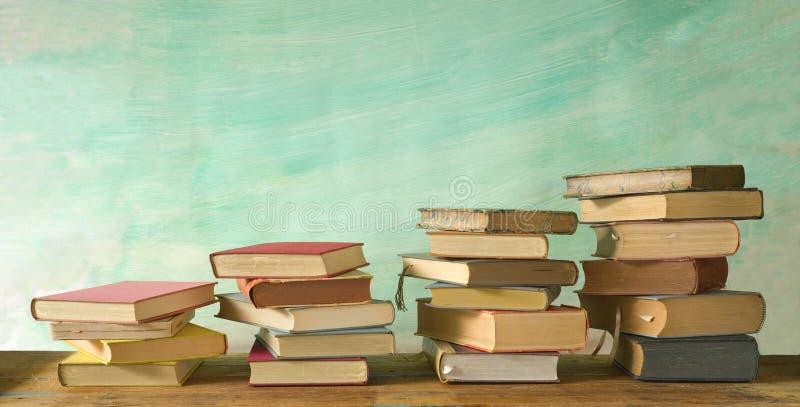 Buntar av böcker royaltyfri fotografi