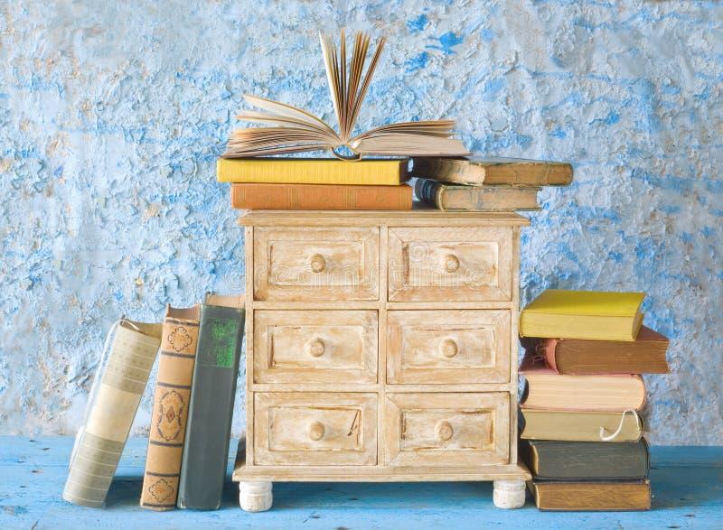 Buntar av böcker royaltyfria bilder