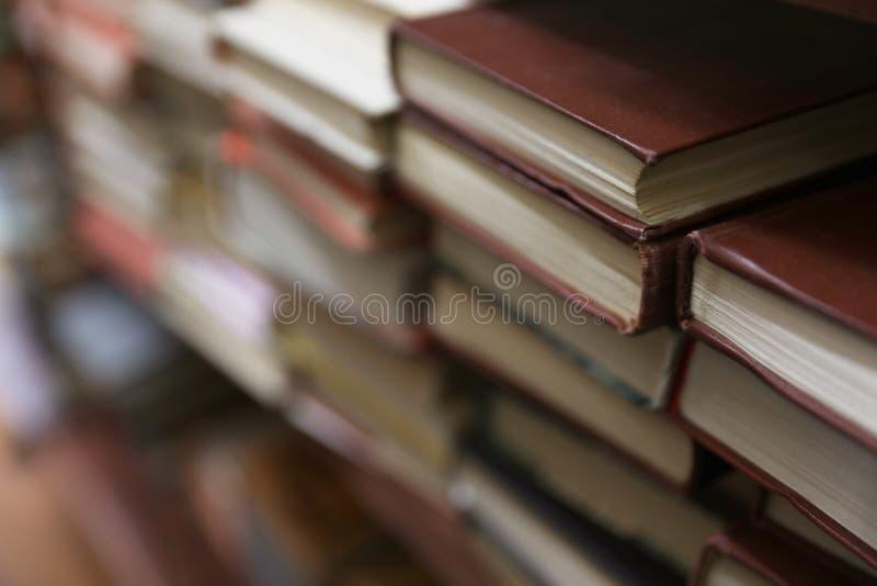 Buntar av böcker i arkiv fotografering för bildbyråer