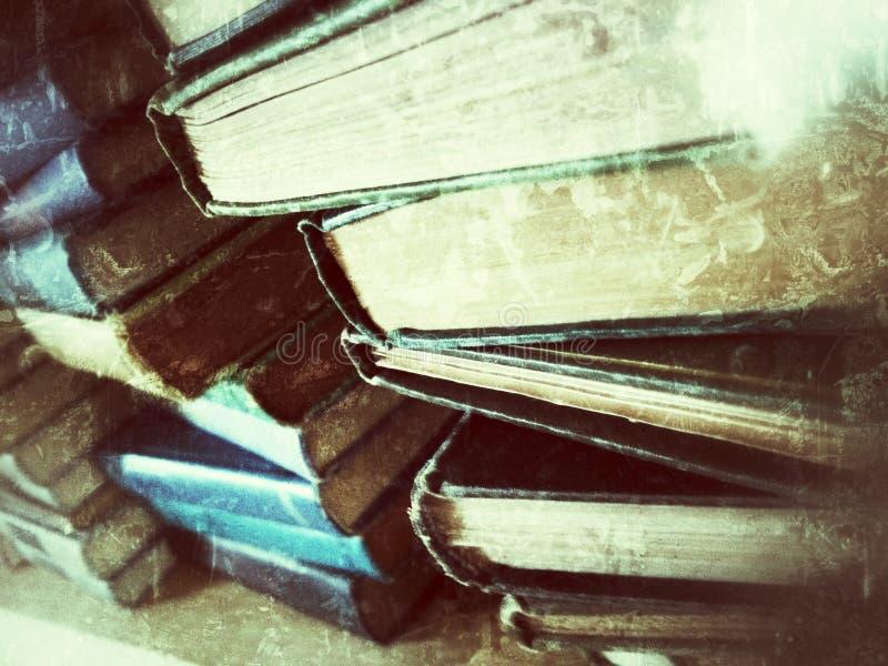 Buntar av gammala böcker royaltyfria bilder