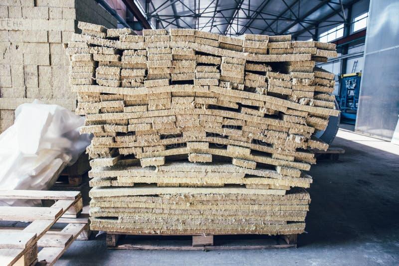Buntar av glasfibermaterial för termisk isolering i lager av fabriken för smörgåspanel royaltyfri bild