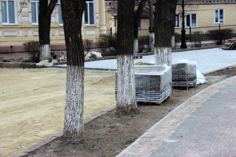 Buntar av nya gatategelplattor som förbereds för att lägga Jord som förbereds för att lägga royaltyfria bilder
