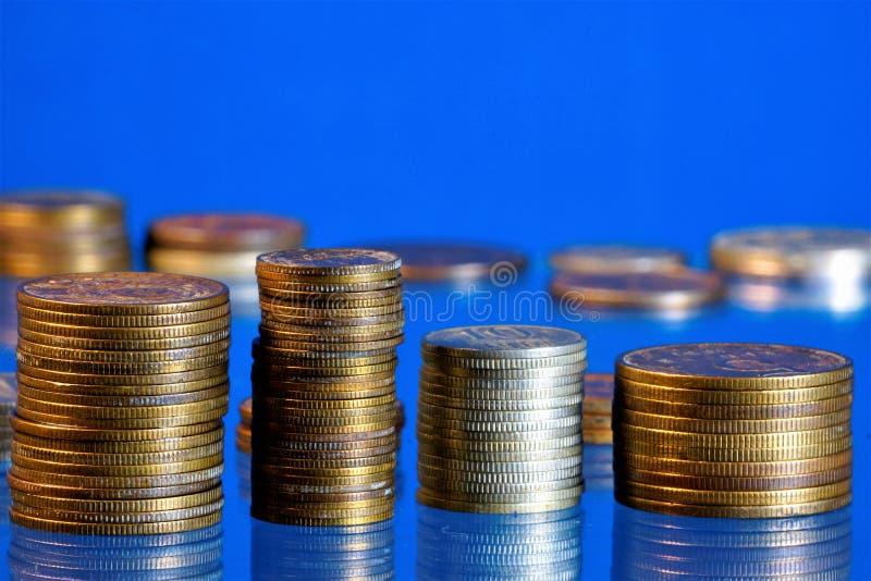 Buntar av produkten den revisor för metallmynt finansiell och ekonomisk, Mynt-enpengartecknet gjorde av metall vid coinage är i royaltyfri fotografi