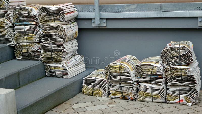 Buntar av veckotidningarna royaltyfria bilder