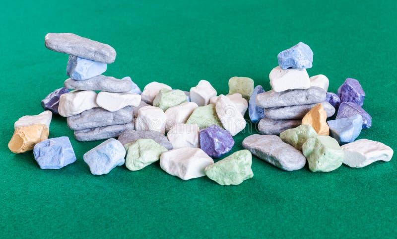Buntar och hög av olika mångfärgade stenar royaltyfri fotografi