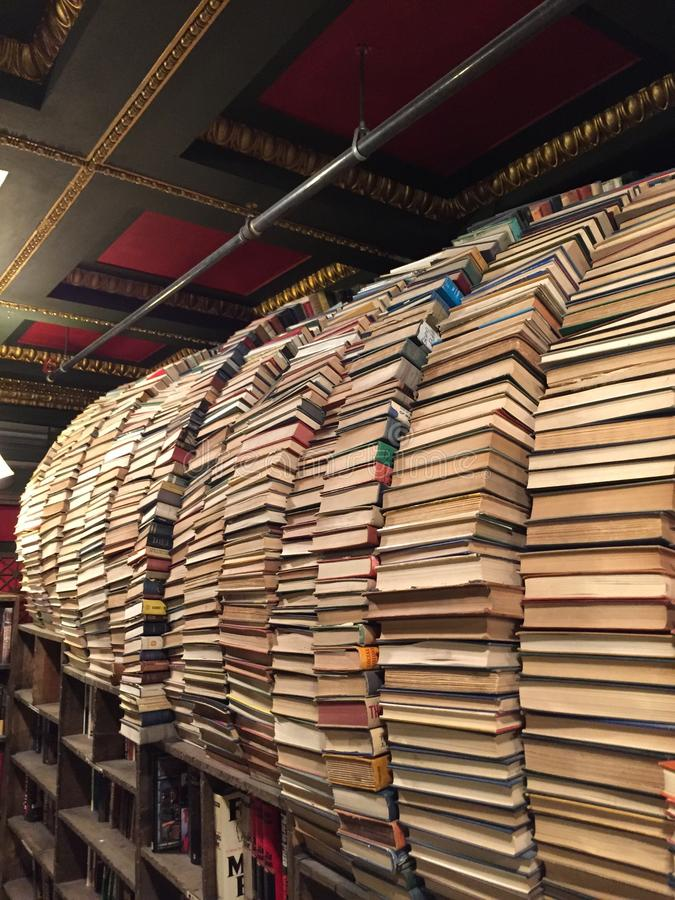 Buntbåge av böcker arkivbilder