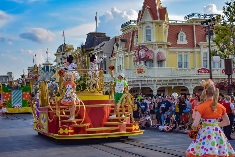 Bunte Überraschungs-Feierparade Mickey und Minnies bei Walt Disney World 2 stockfotos