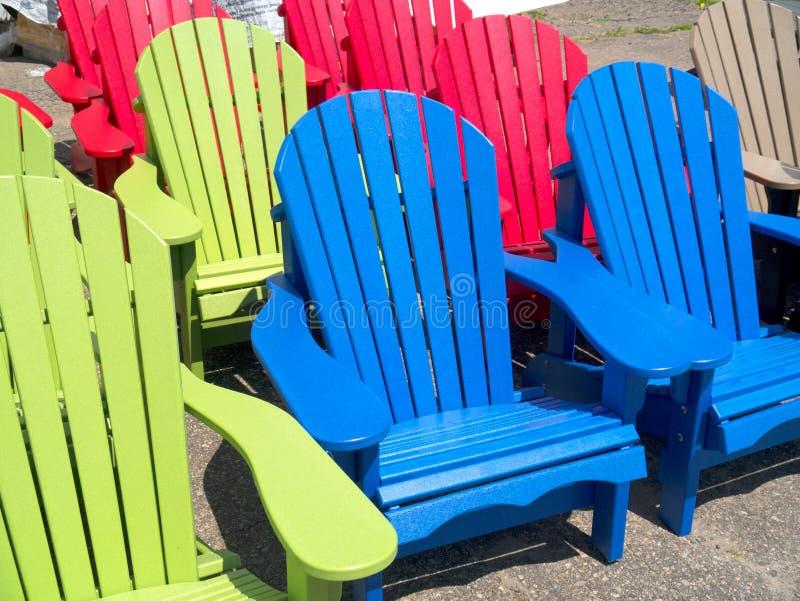 Bunte Adirondack-Gartenstühle Stockfoto - Bild von rasen, bunt: 30807272