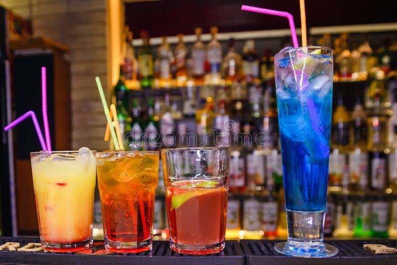 Bunte alkoholische Cocktails mit Rohren auf der Bar stockfotografie