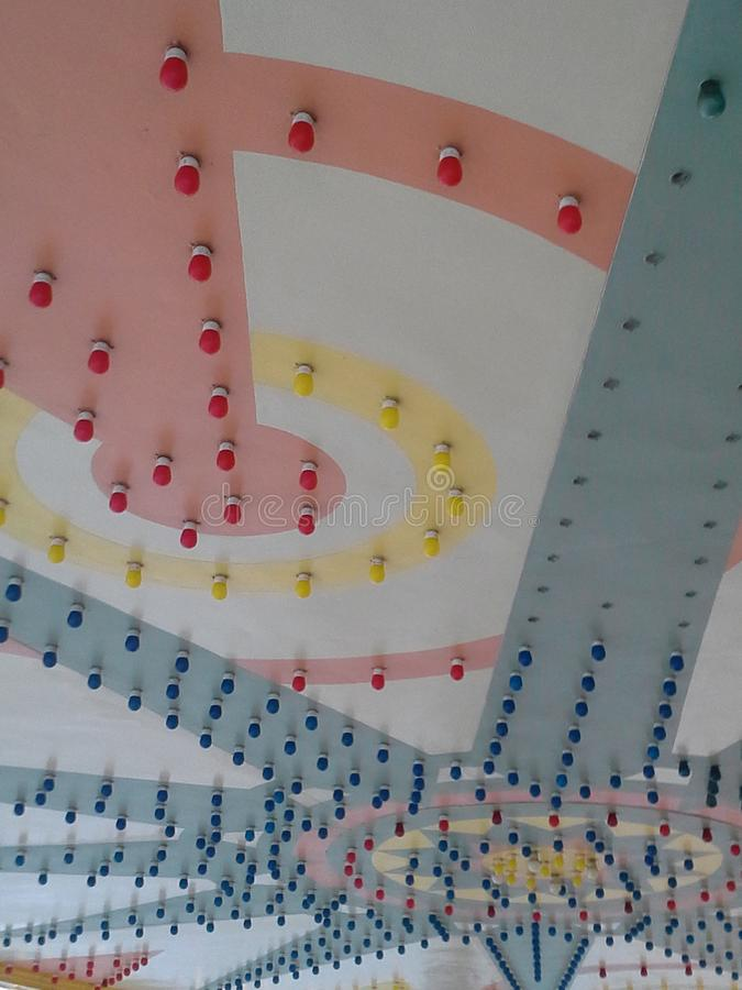 Bunte alte Decke am Filmtheater mit Lichtern stockfotos