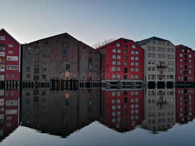 Bunte alte Häuser am Nidelva-Flussdamm in Trondheim, Norwegen lizenzfreie stockfotografie