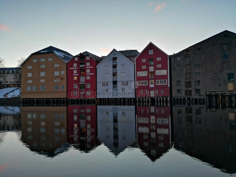 Bunte alte Häuser am Nidelva-Flussdamm in Trondheim, Norwegen stockfotos