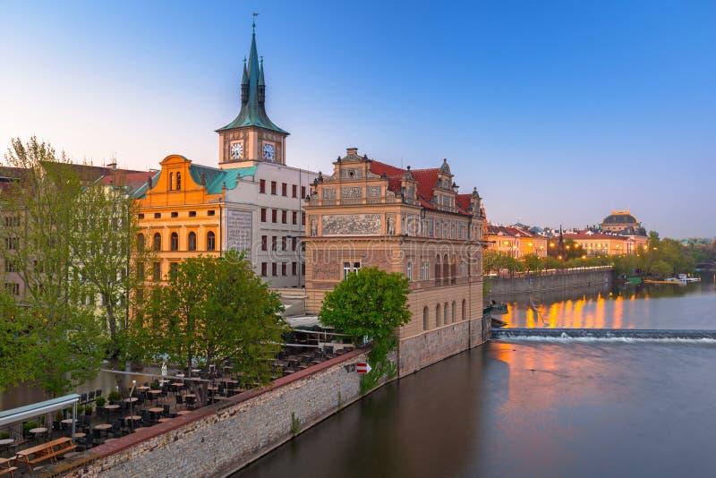 Bunte alte Stadt in Prag in dem die Moldau-Fluss, Tschechische Republik lizenzfreie stockfotos