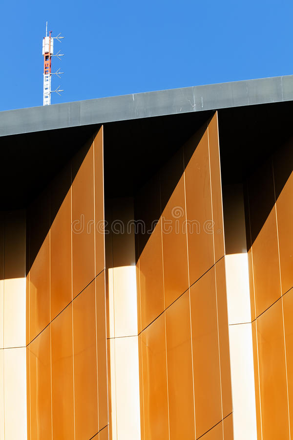 Bunte Aluminiumfassade auf großem Einkaufszentrum stockfoto