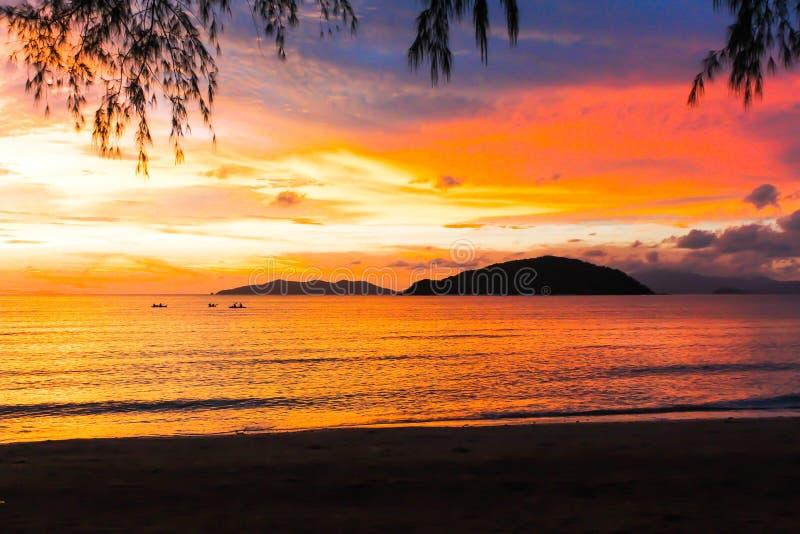 Bunte Ansicht der Schönheit des Seesonnenaufgangs und -bootes in Thailand stockfotos