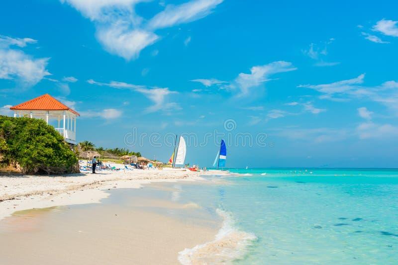 Bunte Ansicht von Varadero-Strand in Kuba lizenzfreies stockbild