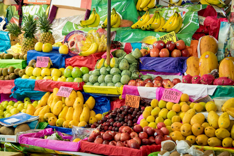 Bunte Anzeige der frischen Frucht an einem Marktstall lizenzfreies stockbild