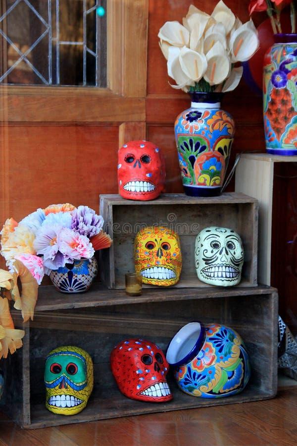 Bunte Anzeige von Vasen und von Schädeln auf hölzernen Regalen, Cantina, Saratoga Springs, New York, 2016 lizenzfreie stockbilder