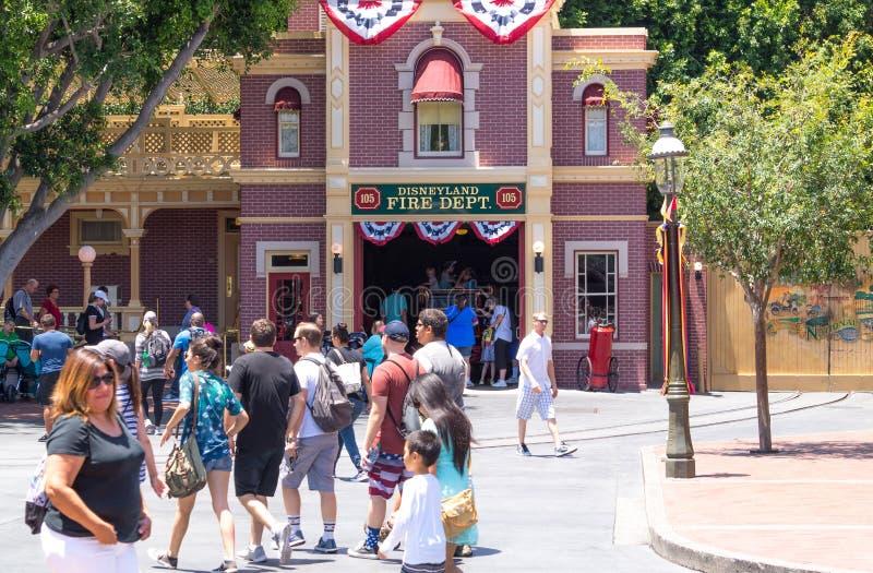 Bunte Architektur des Disneyland-Parks in Anaheim, Los Angeles, Kalifornien, USA Leute auf einem unterhaltsamen Weg lizenzfreies stockbild