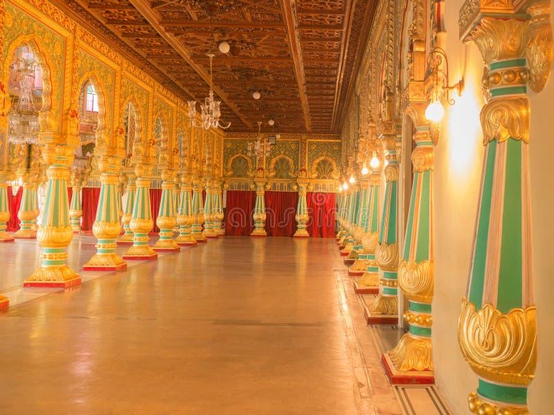 Bunte aufwändige Innenhallen königlichen Mysore-Palastes, Karnataka, Indien lizenzfreie stockbilder