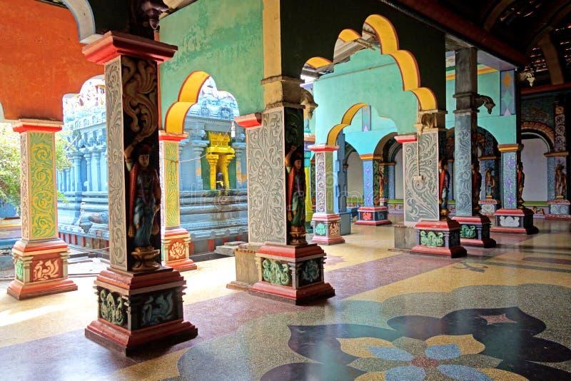 Bunte aufwändige Tempel-Innenbogen stockfoto